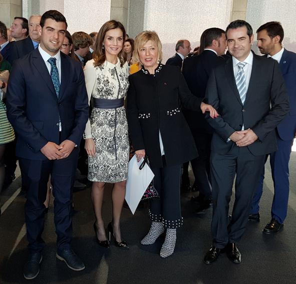 La Reina Letizia posa en la entrega la mención de honor Acción Magistral por el premio conceido a Survival